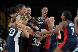 La joie des basketteuses françaises après leur qualification pour les demi-finales olympiques, à Tokyo, le 4 août2021.
