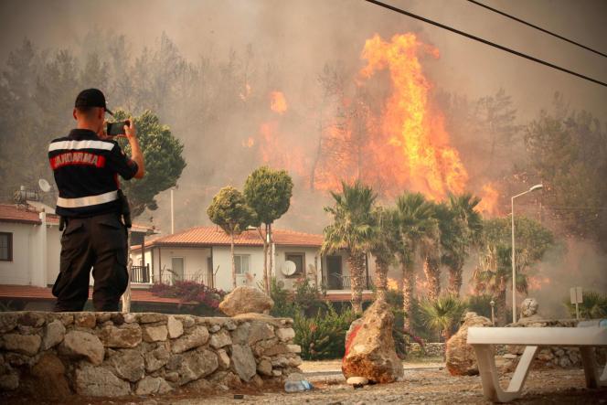 Een brandweerman in de stad Oren, in de buurt van Mugla, op 3 augustus.