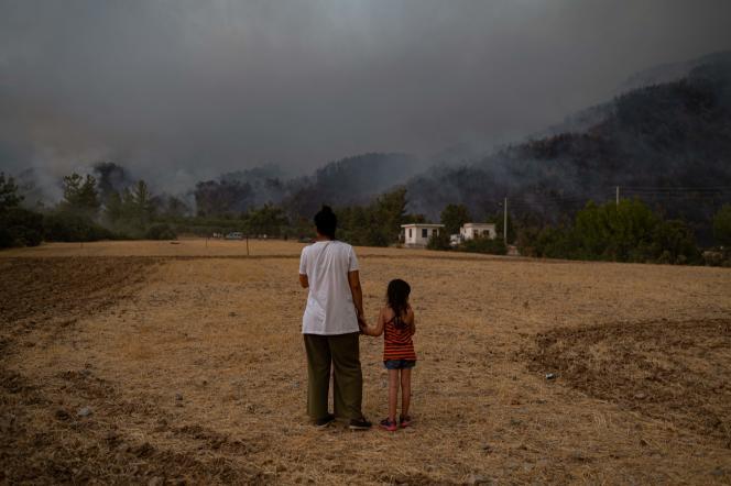 Κάτοικοι της περιοχής Koycegiz, επαρχία Mugla, 3 Αυγούστου 2021.