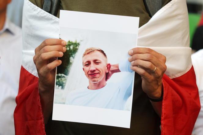 Le portrait de Vitali Chichov lors d'un rassemblement à sa mémoire devant l'ambassade du Bielorussie à Kiev, en Ukraine, le 3 août 2021.