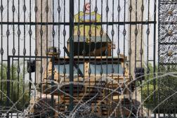 Des molitaires bloquent une entrée latérale du Parlement, à Tunis, le 27 juillet 2021.
