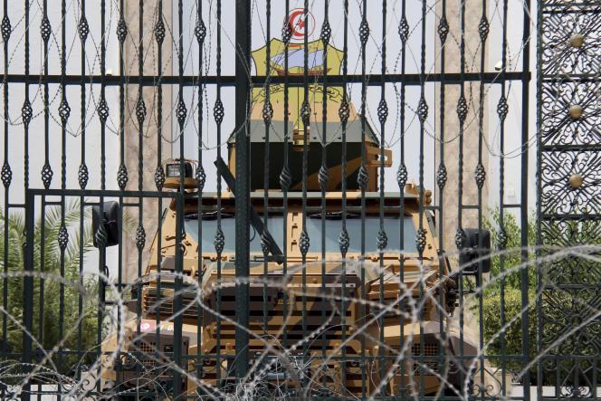 Des militaires bloquent une entrée latérale du Parlement, à Tunis, le 27 juillet 2021.