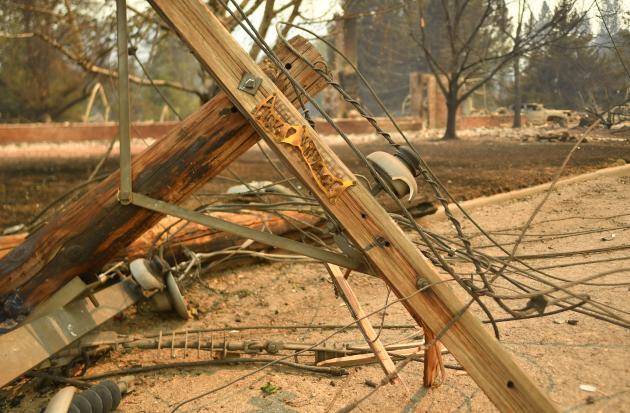 Postes eléctricos en el suelo después de que estalló el incendio, el jueves 5 de agosto de 2021, en Greenville.