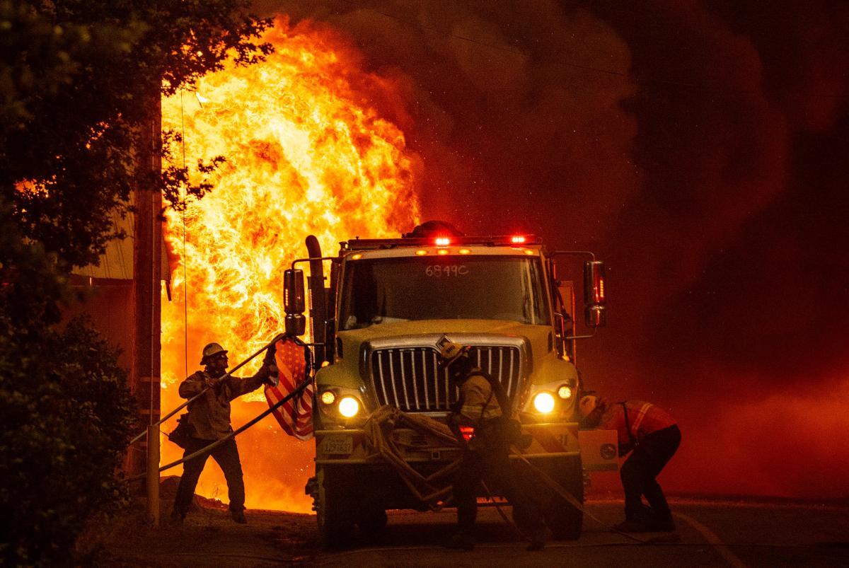 Los bomberos intentan contener el incendio en Greenville, el miércoles 4 de agosto de 2021.