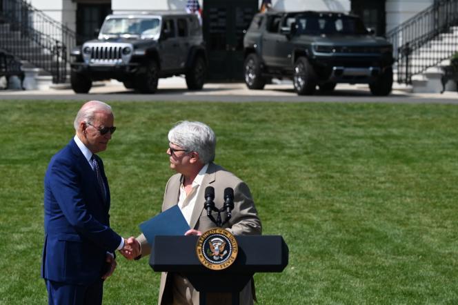 Joe Biden et Bernie Ricke, président du syndicat automobile UAW à Detroit, devant des véhicules électriques à Washington, le 5 août 2021.