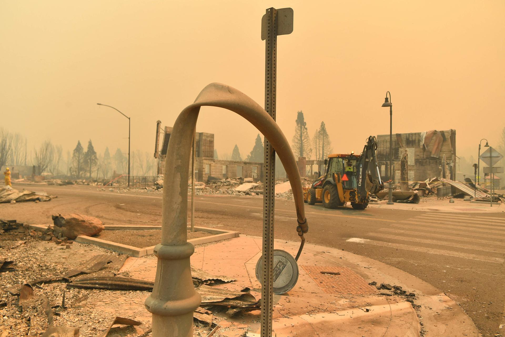 Imágenes tomadas por un fotógrafo de la Agence France-Presse muestran postes de metal doblados por la mitad por el calor del fuego.