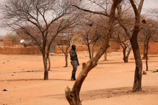 Een Burkinese soldaat in een dorp in de Sahel, maart 2019.