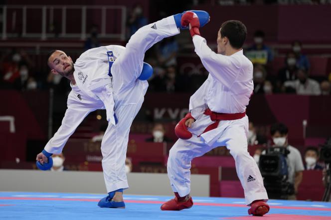 Darkhan Assadilov dari Kazakhstan (kanan) dan Steven da Costa dari Prancis (kiri) bersaing di semifinal karate Olimpiade Tokyo di Jepang pada Kamis, 5 Agustus 2021.