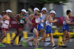 Yohann Diniz n'a pas réussi à suivre la cadence lors du 50 km marche, vendredi 6 août à Tokyo. (AP Photo/Shuji Kajiyama)