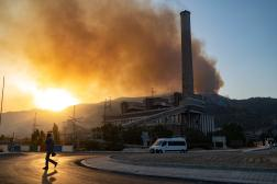 L'incendie proche de la centrale thermique de Kemerkoy, près de la ville égéenne de Milas, le 4 août 2021.