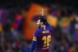 Lionel Messi salue le public du Camp Nou, le 16 avril 2019, à Barcelone.