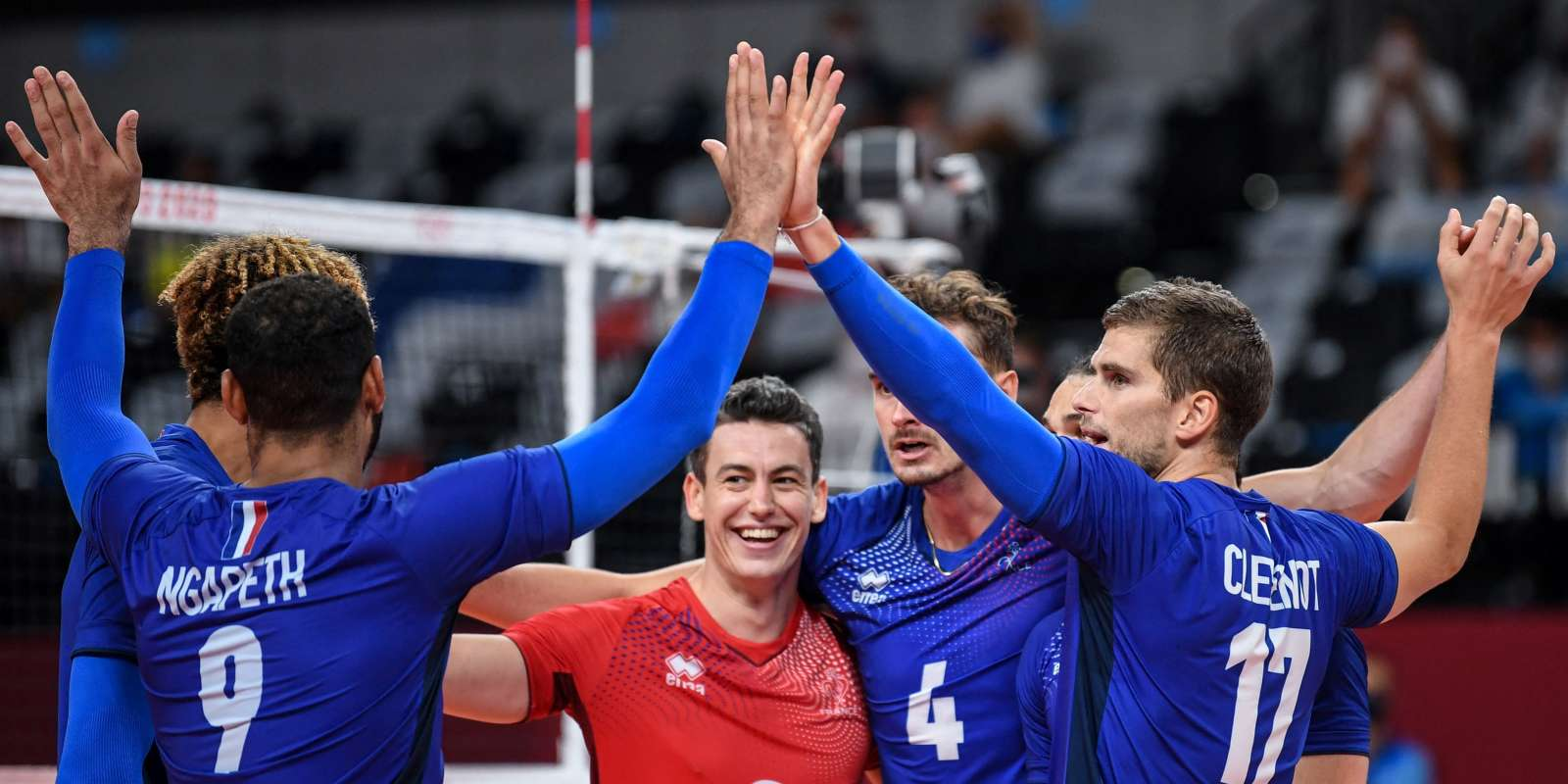 France's players react after a point in the men's semi-final volleyball match between France and Argentina during the Tokyo 2020 Olympic Games at Ariake Arena in Tokyo on August 5, 2021. (Photo by Yuri Cortez / AFP)