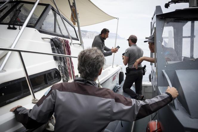 Une patrouille des inspecteurs de l'environnement contrôle un navire, entre La Ciotat et Marseille, le 4 août. Ce jour-là, aucune infraction n'est constatée.