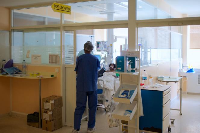 Seseorang dirawat di unit perawatan intensif di Rumah Sakit Les Abymes, Guadeloupe, 6 Agustus 2021.