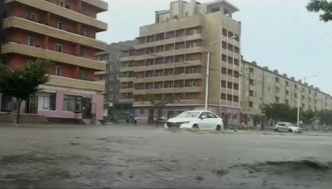 Vehículos en calles inundadas en la provincia de Hamgyong del Sur, Corea del Norte, de un video sin fecha de una emisora estatal de Corea del Norte.