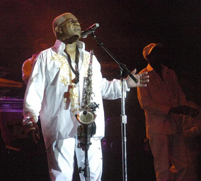Dennis Thomas op het podium met Kool and the Gang in Bethlehem, Pennsylvania op 3 augustus 2008.