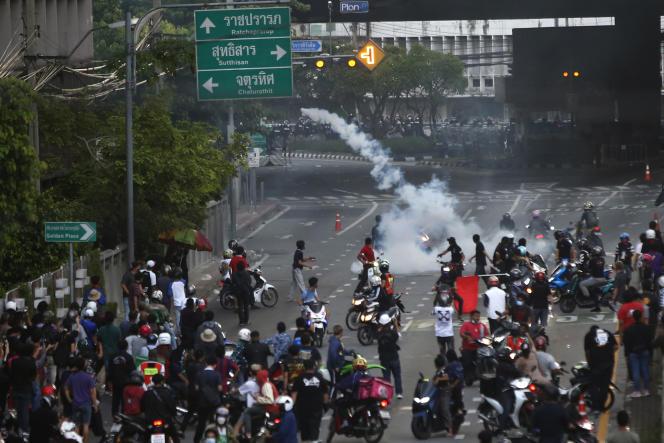 La policía arroja gases lacrimógenos a los manifestantes en Bangkok, el sábado 7 de agosto de 2021.