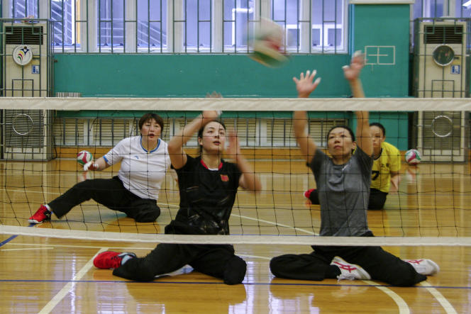 Tang Xuemei (en haut à gauche) a perdu sa jambe lors duséisme de mai 2008 au Sichuan, qui a fait plus de 80 000 victimes et personnes disparues. Depuis, elle a remporté la médaille d'or en volley-ball assis aux Jeux paralympiques en 2012 et sera présente à Tokyo.