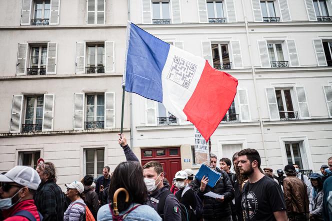 Manifestation contre le passe sanitaire à l'appel d'un groupe de «gilets jaunes», àNeuilly-sur-Seine (Hauts-de-Seine), le 7 août 2021.