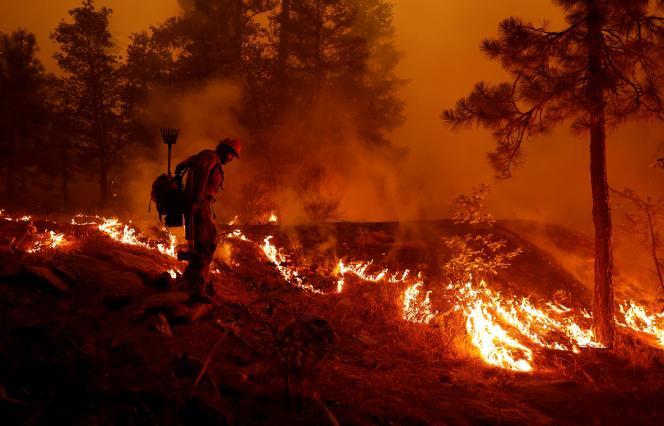 El bombero del Servicio Forestal de EE. UU. Ben Foley fracasó para frenar la propagación de Dixie Fire, un incendio forestal cerca de la ciudad de Greenville, California, EE. UU., El 6 de agosto de 2021. REUTERS / Fred Greaves