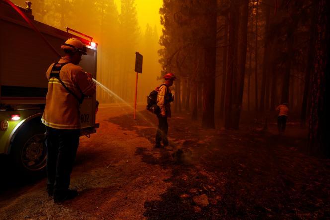 Petugas pemadam kebakaran memadamkan api Dixie Fire di dekat kota Greenville, California, Amerika Serikat, pada 6 Agustus 2021.