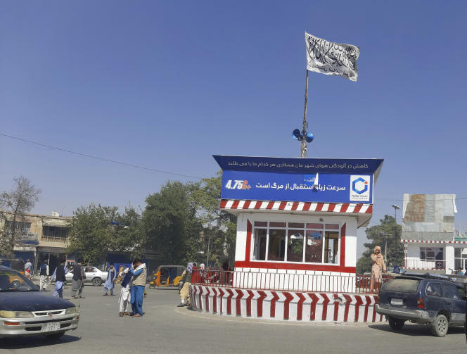 Una bandera talibán izada en la plaza central de la ciudad de Kunduz el 8 de agosto.