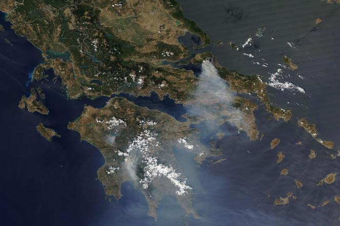 Image satellite des feux de forêt en Grèce, le 8août2021.