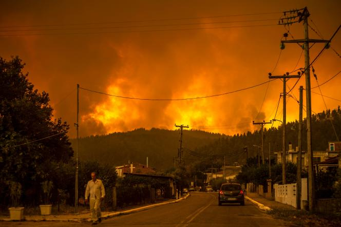 August 8, 2021, residents of Goose as the fire approaches the village on the island of Evia.