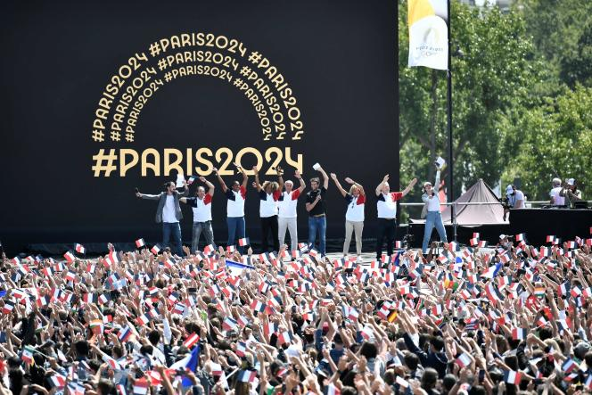 Lors de la cérémonie de passation des Jeux olympiques entre Tokyo et Paris, retransmise à Paris au Trocadéro, le 8 août 2021.