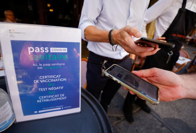 Contrôle d'un passe sanitaire devant un restaurant à Nice le 9 août 2021.