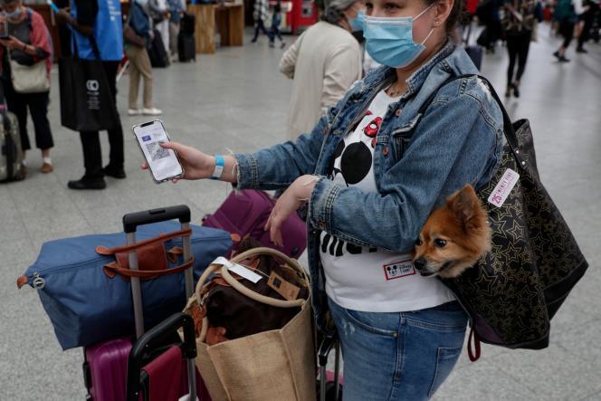 Une passagère munie du bracelet bleu prouvant la validité de son passe sanitaire pour prendre son train, à la gare de Lyon à Paris, le 9 août.