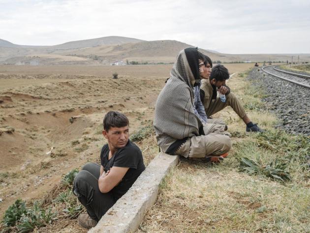 Des migrants afghans se reposent sur la voie ferrée après avoir traversé illégalement la frontière turco-iranienne près de Van, le 6 août 2021.