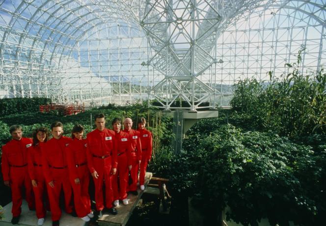 Il gruppo di ricercatori che ha partecipato all'esperimento scientifico Biosphere 2 nel deserto dell'Arizona nel 1990, prima di partire in missione diretta.