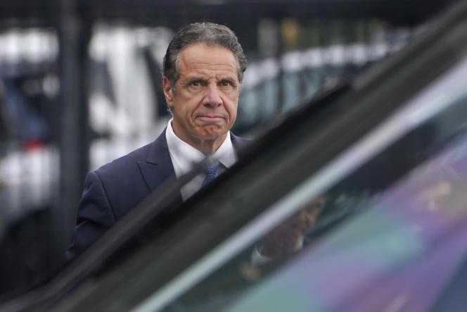 O governador de Nova York, Andrew Cuomo, se prepara para embarcar em um helicóptero após renunciar em 10 de agosto de 2021.