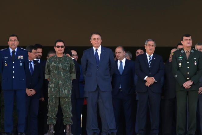 Jair Bolsanaro cercado pelos principais líderes militares durante desfile militar em Brasília em 10 de agosto de 2021.