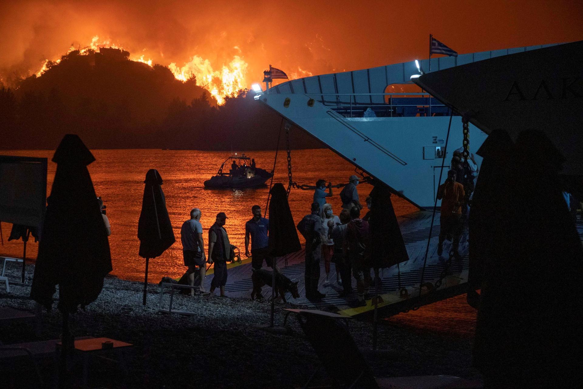 Warga Limni, di Pulau Evia, dievakuasi dengan kapal feri pada 6 Agustus 2021.