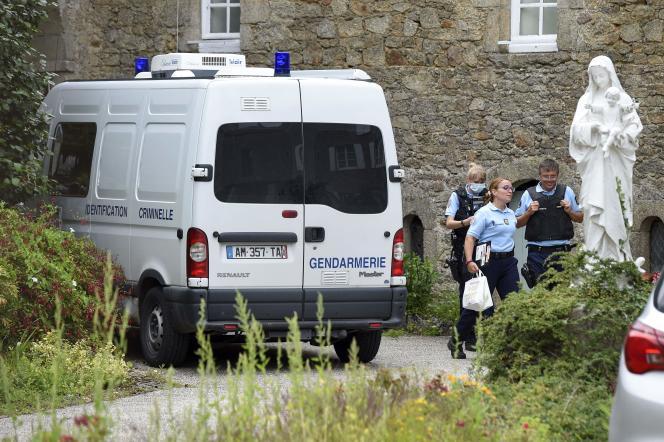 La gendarmerie sur les lieux du meurtre d'Olivier Maire, à Saint-Laurent-sur-Sèvre, dans l'ouest de la France, le 9 août 2021.