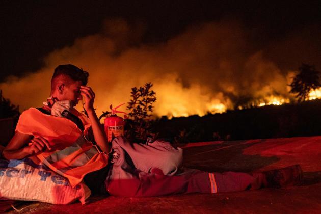 Seorang relawan beristirahat pada 6 Agustus 2021 di Akcayaka, Provinsi Mugla, Turki.