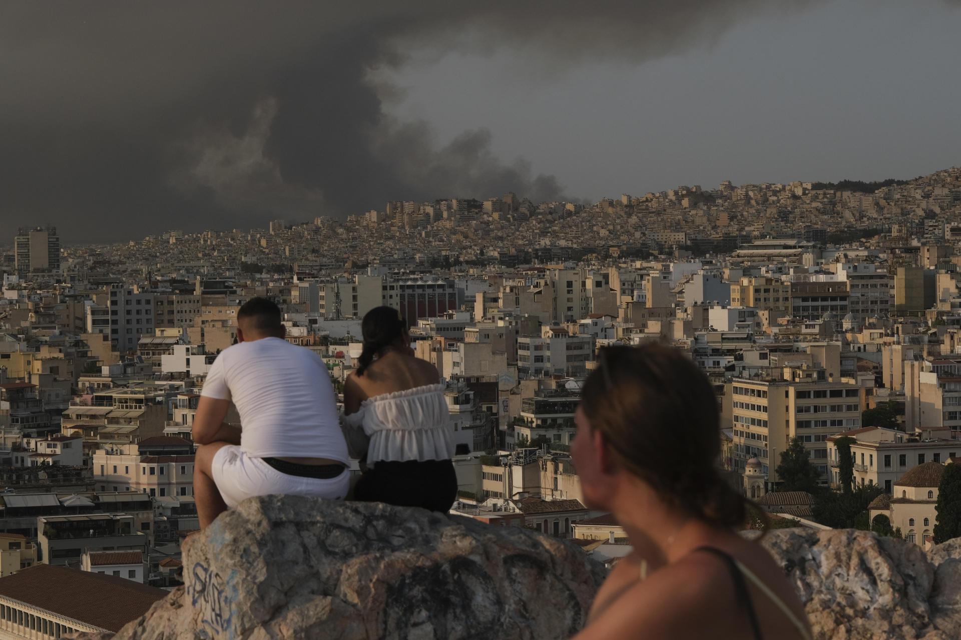 Di Athena, 3 Agustus.  Asap kebakaran yang berada di gerbang ibu kota sudah terlihat jelas sejak sepekan ini.