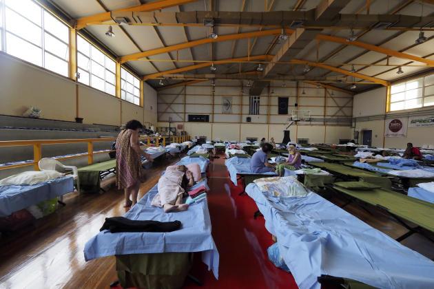 Di Chalkida, di pulau Evia, penduduk yang telah dievakuasi dari desa mereka ditempatkan di sebuah bangunan yang disediakan pemerintah kota kepada mereka pada 7 Agustus 2021.