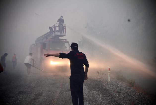 Di Turki, kebakaran hutan juga berkobar di awal Agustus.  Di sini, petugas pemadam kebakaran memadamkan api di Akcakoca, provinsi Mugla pada 6 Agustus 2021.