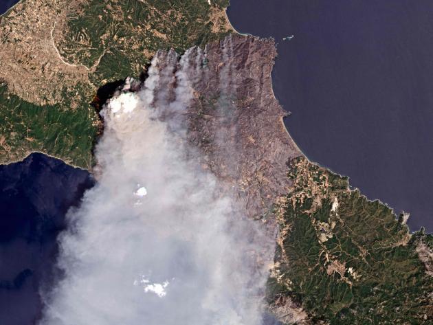 Foto satelit pulau Evia saat kebakaran pada 7 Agustus 2021.