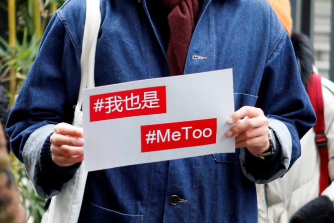 Devant un tribunal, à l'occasion du jugement d'un animateur de télévision pour harcèlement sexuel, à Pékin, le 2décembre2020.