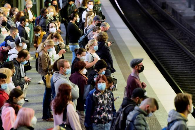 Des passagers attendent leur train à Hambourg (nord de l'Allemagne), le 11 août 2021.