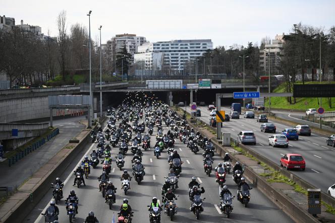 Des motards roulent en groupe sur le périphérique parisien lors d'une journée de manifestation nationale organisée par la Fédération française des motards en colère pour demander le droit de circuler entre les files de voitures, le 20février2021.