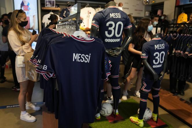 Les maillots au nom de Lionel Messi, dans la boutique du PSG, à Paris, le 11août 2021.