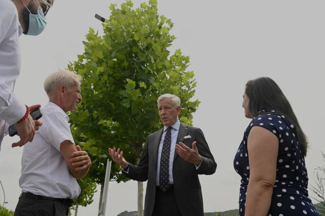 L'ambassadeur canadien en Chine, Dominic Barton (au centre), s'entretient avec des diplomates d'autres pays près du centre de détention de la ville de Dandong, en Chine,le 11 août 2021. après la condamnation de l'homme d'affaires canadien Michael Spavor à onze ans de prison.