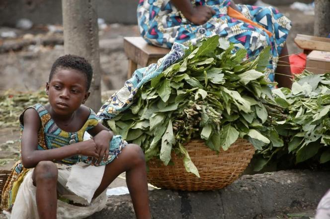 Une jeune vendeuse sur le marché Dantokpa, à Cotonou, en avril 2021.