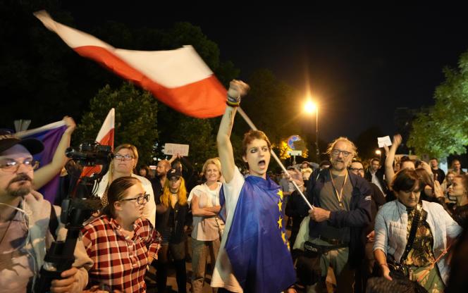 11 sierpnia 2021 r. w Warszawie protestujący demonstrowali przed polskim parlamentem po przyjęciu ustawy, która została uznana za pogwałcenie wolności mediów.