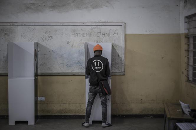 Un Zambien vote à Lusaka, lors de l'élection présidentielle, le 12août 2021.